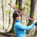 Tiina Arrankoski harjoittaa sauvakävelyllä sekä kestävyyttä että kehonhallintaa.