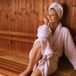Liika kuumuus on sekä hiuksille että naamiolle haitaksi – muista siis pyyhe saunoessa!