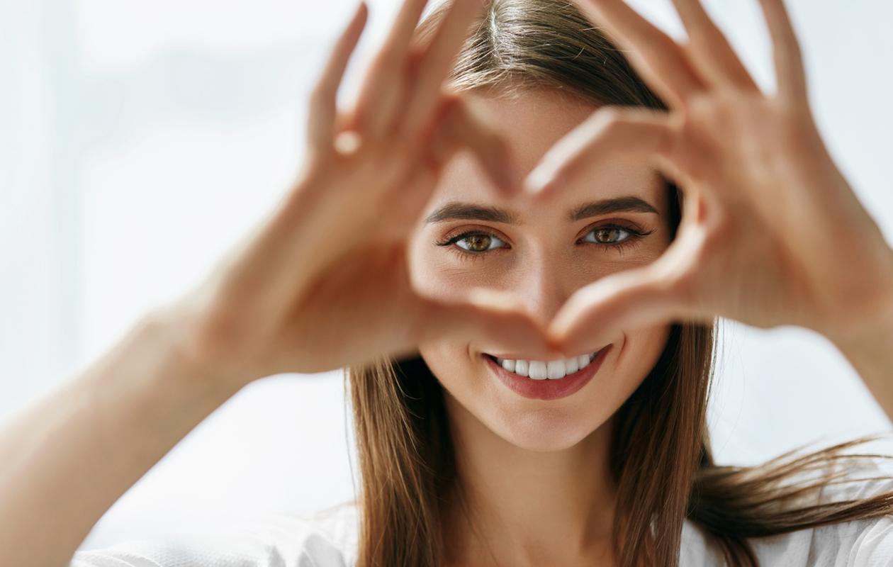 Silmänympärysihon hoitaminen ei ole koskaan liian myöhäistä. Valitse oikea silmänympärysvoide ja tekniikka, ja katseesi kirkastuu alta aikayksikön.