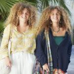 Palmalaiset 17-vuotiaat kaksoset Paula ja Clara ihastuttavat kesäisellä bohotyylillään Mallorcan pääkaupungissa. Kaikki heidän vaatteensa on ostettu käytettyinä.