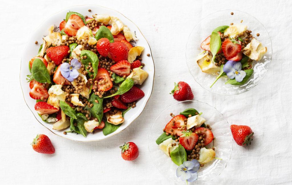 Mansikka-vuohenjuustosalaatti on ihana kesäsalaatti.