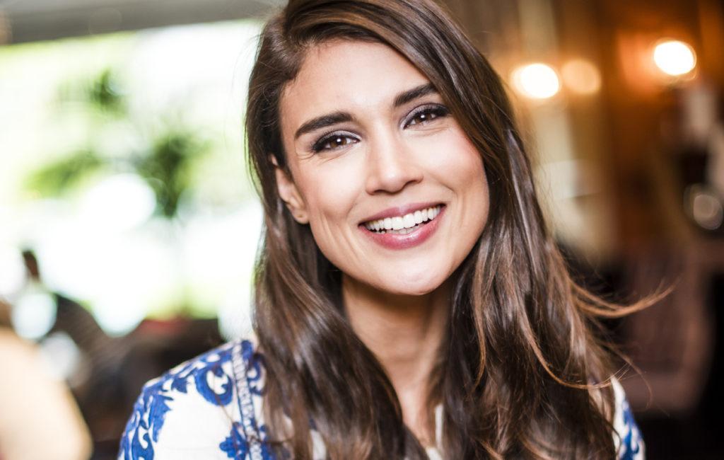 Maryam Razavi ostaa eritoten second hand -laukkuja.