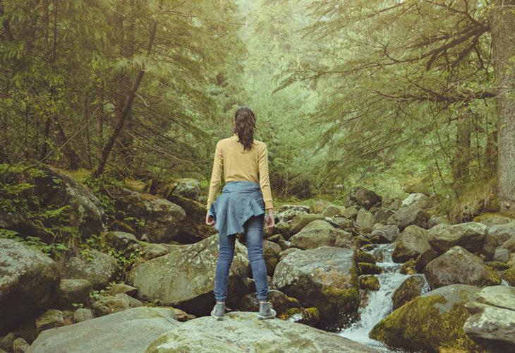 Meditaatio metsässä: avaudu maalle.