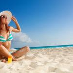 Aurinkosuoja kestää kuumina päivinä kasvoilla pidempään, kun valitsee tarkoitukseen parhaiten sopivan tuotteen.