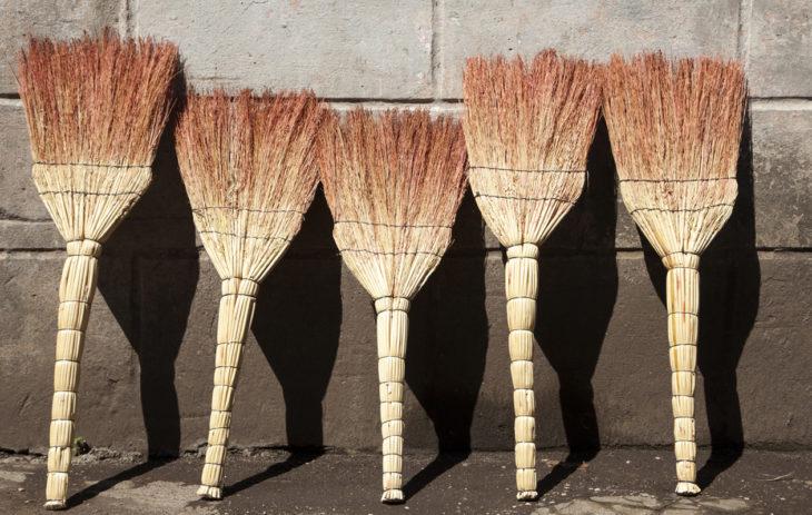 Mitä viedä mökille tuliaiseksi? Kiva mökkituliainen on esimerkiksi luonnonmateriaalista valmistettu harja.