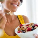 Tietoinen syöminen ruokailutilanteessa helpottaa painonhallintaa.