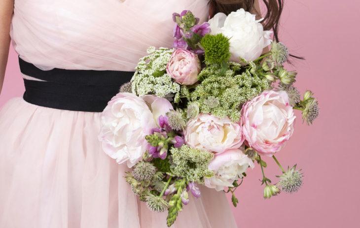 Hääpäivänä kumppania tulisi muistaa samoin kukkalajikkein, mitä parin hääkimpussa oli.