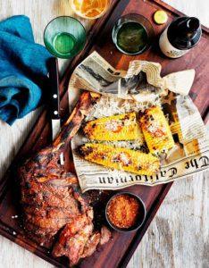 Tomahawk-pihvi ja grillatut maissintähkät