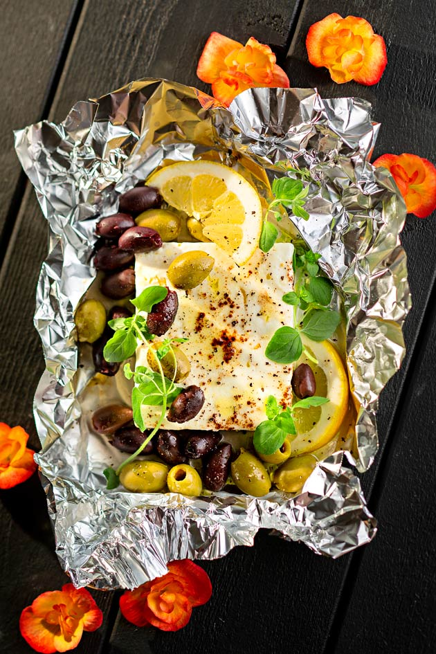 grillattua fetajuustoa ja oliiveja