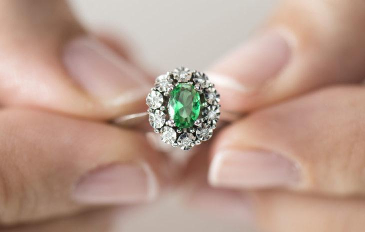 Parhaat hääpäivälahjat: 55 vuotta naimisissa! Vihreä smaragdisormus sopii lahjaksi.