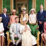 Archie vauvan virallisessa ristiäiskuvassa poseeravat prinssi Harryn ja herttuatar Meghanin lisäksi herttuatar Camilla, prinssi Charles, Meghanin äiti Doria Ragland, Dianan siskot Lady Jane Fellowes ja Lady Sarah McCorquodale sekä prinssi William vaimonsa herttuatar Catherinen kanssa.