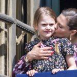 Prinsessa Victoria suukotti tytärtään Estelleä kuningas Kaarle Kustaan syntymäpäivänä huhtikuussa. Kuninkaallinen perhe tuli linnan parvekkeelle tervehtimään kansalaisia. <br />