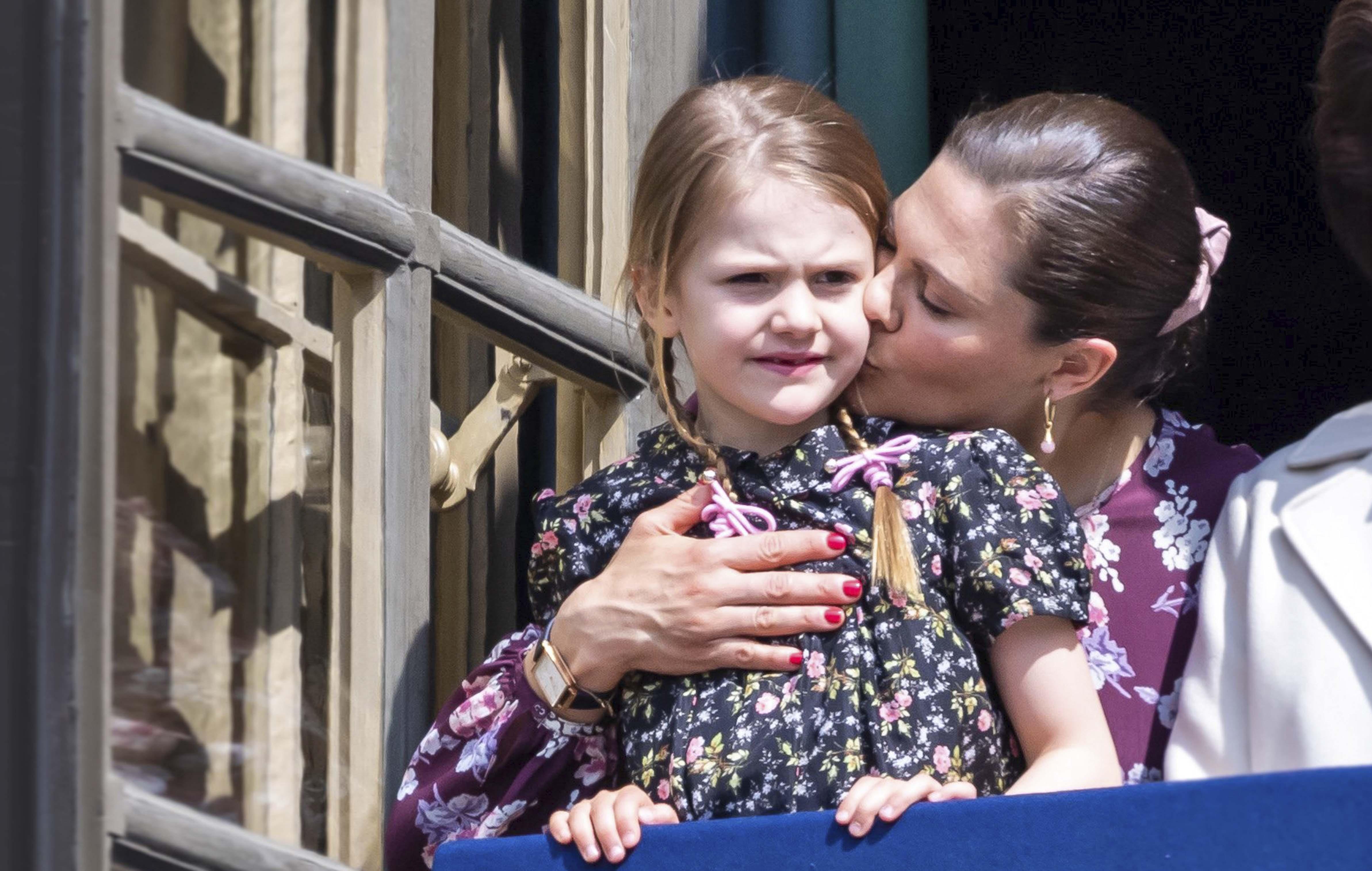 Prinsessa Victoria pussaa prinsessa Estelleä