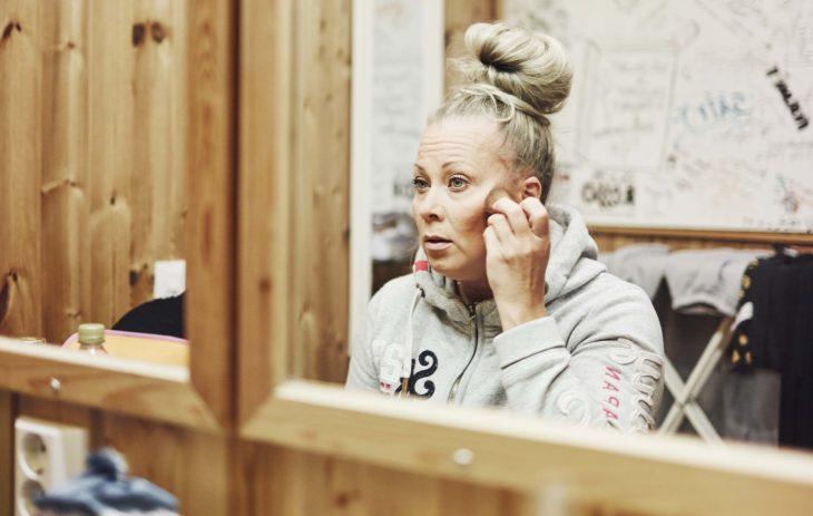 Johanna Pakonen meikkaa takahuoneessa