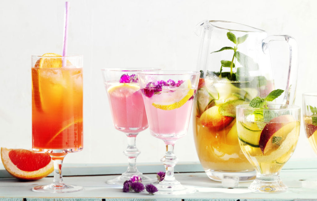 Kesän drinkit ja mocktailit koreilevat pirteissä väreissä.