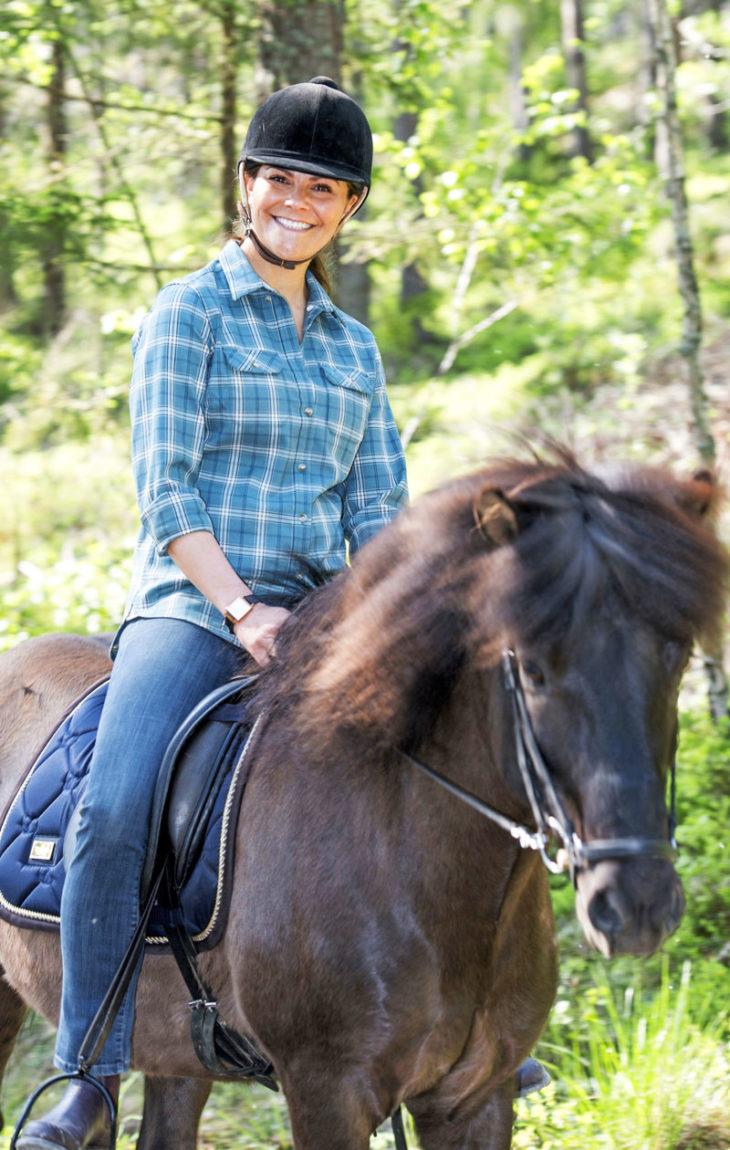 Vaeltaessaan Ruotsin maakunnissa prinsessa Victoria näytti taitonsa ratsastuksessa, melonnassa, hiihdossa ja pyöräilyssä.
