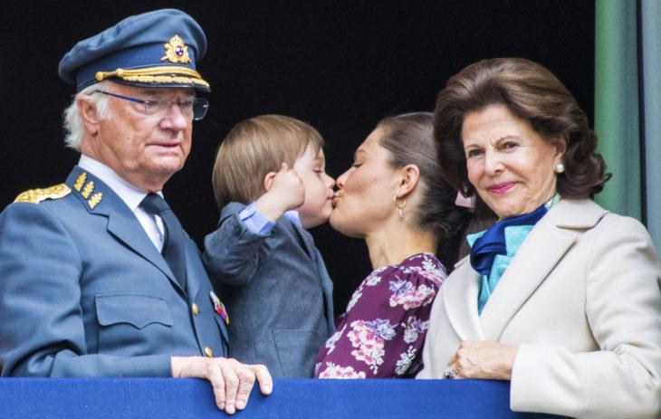 Kolmivuotias prinssi Oscar suukotti äitiään suulle koko kansan edessä. Victoria ei tästä hätkähtänyt.
