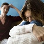 Psykologi Hannele Törrösen mukaan vanhemman ja lapsen riitainen suhde johtuu usein siitä, että aikuisen lapsen itsenäistyminen on jäänyt puolitiehen.