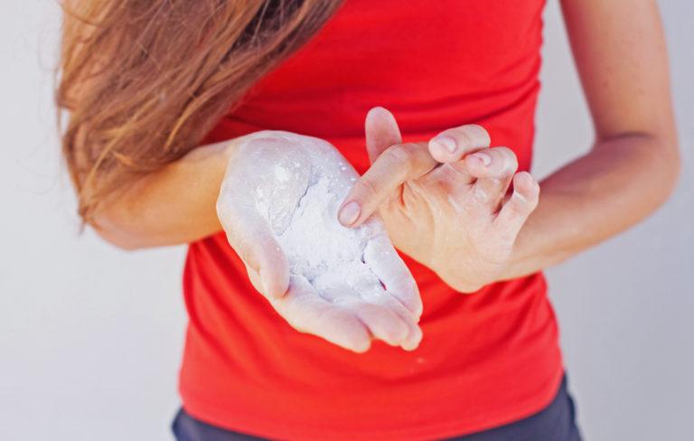 Nainen jonka käsissä on talkkia.