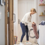 Uuden vaatteen pesuohje kertoo, missä lämpötilassa vaate kuuluu pestä.