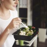 Erityisesti naiset syövät mielellään salaattilounaita – mutta parempiakin vaihtoehtoja olisi.