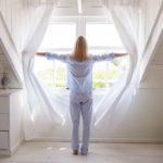 Aamulla kannattaa antaa valon tulvia makuuhuoneeseen.