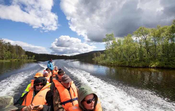 Tie päättyy Inarin Njurgulahteen. Siitä eteenpäin pääsee vain kävellen tai jokiveneellä.