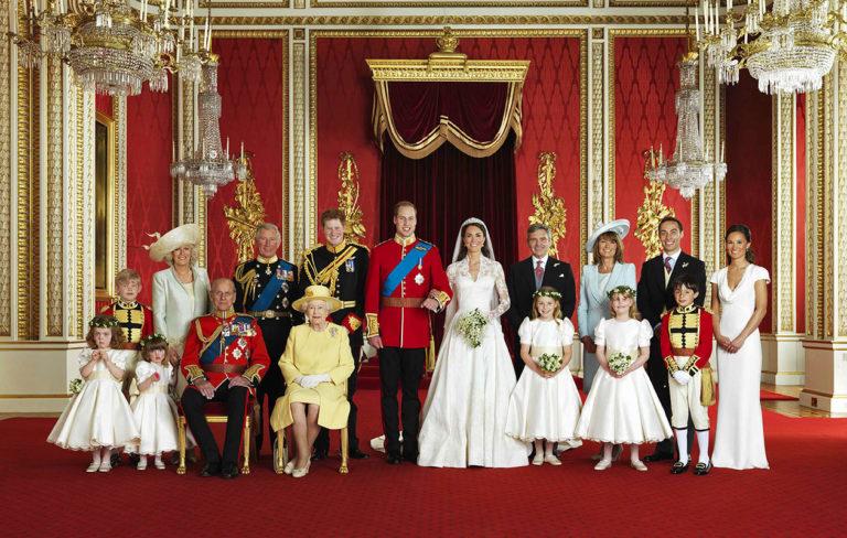Prinssi Williamin ja Catherine Middletonin häitä juhlittiin 29.4.2011. Kuningashuone ja Katen perhe kokoontuivat viralliseen yhteiskuvaan Buckinghamin palatsissa.
