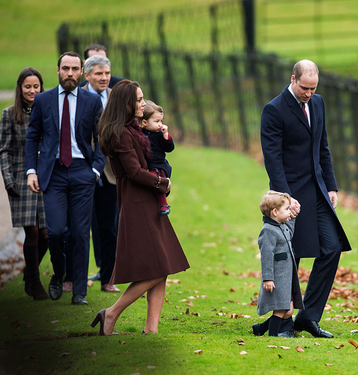 Katella on sylissään keskimmäinen lapsensa, prinsessa Charlotte, William saattelee parin esikoispoikaa Georgea. Taustalla Katen veli James, sisko Pippa ja isä Michael Middleton.