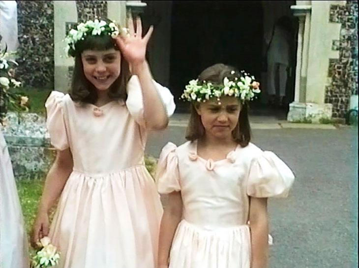 Kate ja Pippa morsiusneitoina lapsuudessaan.