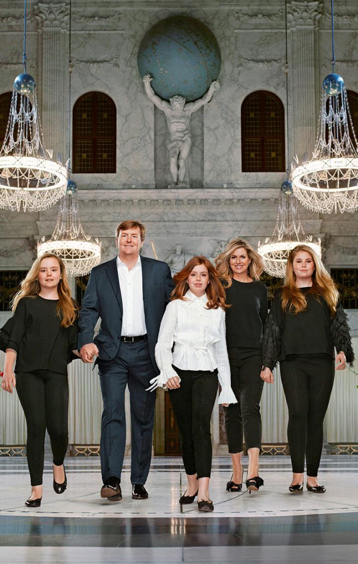 Willem-Alexander ja Máxima kuvattiin vuosi sitten huhtikuussa Amsterdamin kuninkaallisessa palatsissa kolmen tyttärensä kanssa. Isäänsä kädestä pitää kuopus Ariane, keskellä on Alexia ja äitinsä vieressä kruununprinsessa Catharina-Amalia.