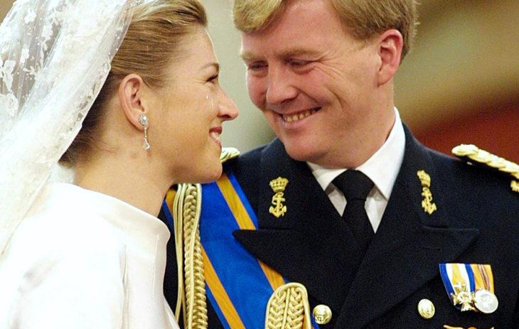 Argentiinalainen Máxima Zorreguieta ja Alankomaiden kruununprinssi Willem-Alexander vihittiin helmikuussa 2002 Amsterdamissa. Morsiamen vanhemmat eivät osallistuneet hääjuhlaan isän arveluttavan taustan takia.