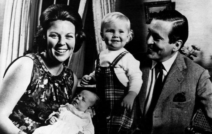 Pikkuinen prinssi Friso äitinsä sylissä vuonna 1968, vieressä ylpeä isoveli Willem-Alexander ja poikien isä Claus von Amsberg.