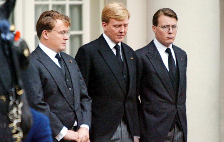 Veljekset, prinssit Friso, Willem-Alexander ja Constantijn isänsä hautajaisissa lokakuussa 2002.