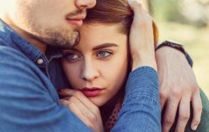 Pariskunta halaa → ero on loman jälkeen monilla mielessä.