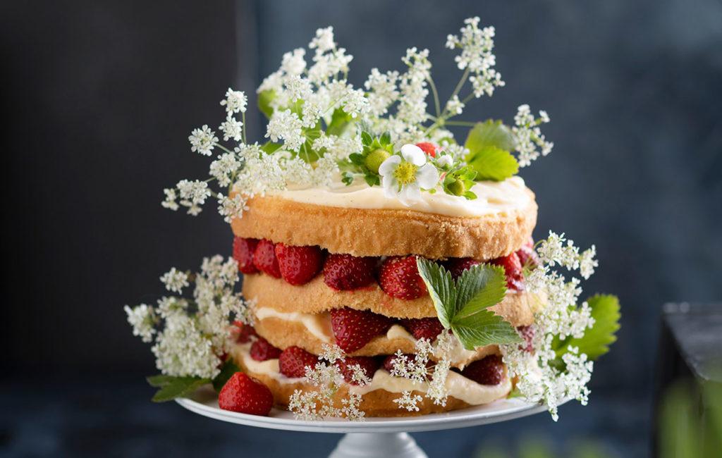 Rento mansikkakakku on täytetty vaniljakiisselillä ja kostutettu siiderillä.