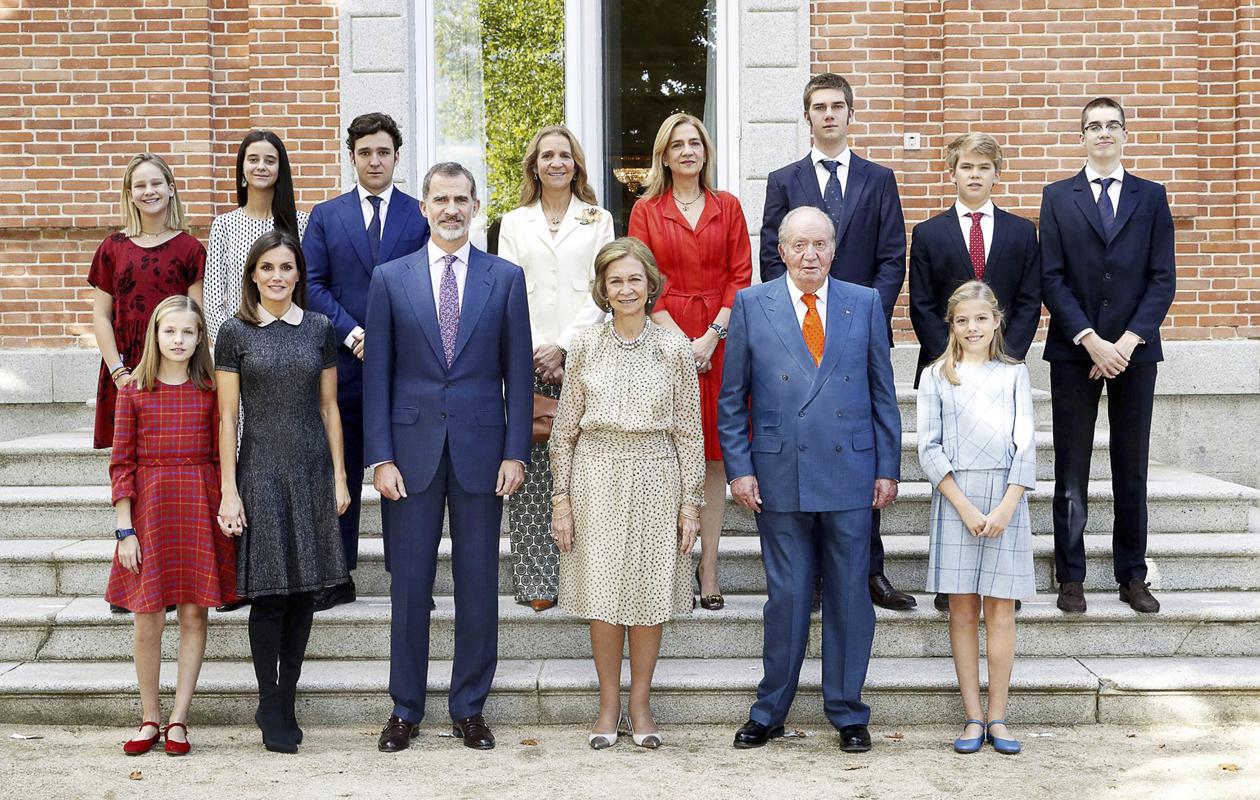Harvinaisessa perhepotretissa poseeraavat kaikki Juan Carlosin ja Sofian jälkeläiset lapsikatraineen. Prinsessa Elenan ja prinsessa Cristinan puolisoja ei näy, sillä ensin mainittu on eronnut ja jälkimmäisen mies istuu tuomiotaan vankilassa.