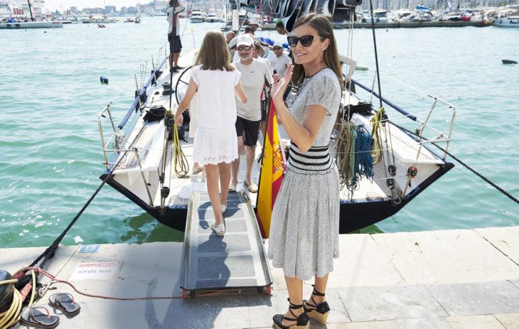 Niin Felipe perheineen kuin Juan Carloskin rakastavat purjehtimista. Usein venematkalle lähdetään kesäasunnolta Mallorcan saarelta. Etualalla Letizia.