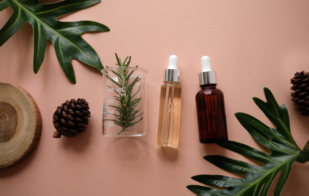 Oletko jo kokeillut teepuunöljyä näppyjen nipistäjäksi tai soodaa hien hajun neutraloijaksi?