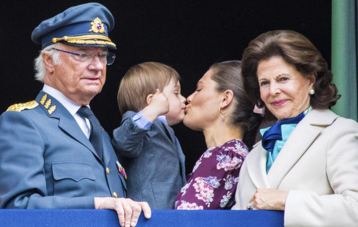 Pikkuprinssi Oscar päätti pussata äitiään isoisän syntymäpäivänä koko kansan edessä.