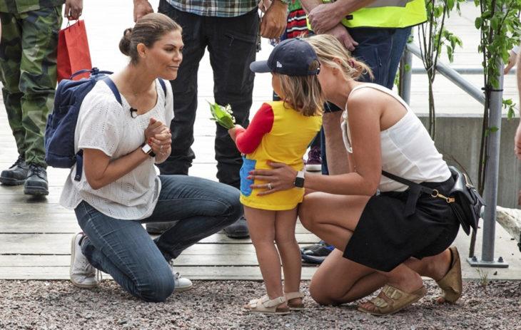 Maakuntaretket täyttivät prinsessan kalenterin melkein kahden vuoden ajan. Tässä hän tervehti lapsia Gästriklandin maakunnassa kesäkuussa.