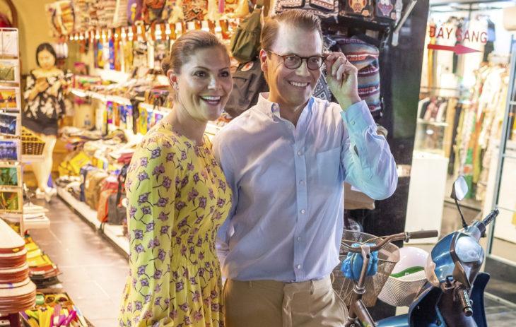 Victoria ja Daniel tekivät keväällä valtiovierailun Vietnamiin. Prinsessan matkapuvustossa oli värikkäitä mekkoja, sillä hänen täytyy erottua seurueestaan.