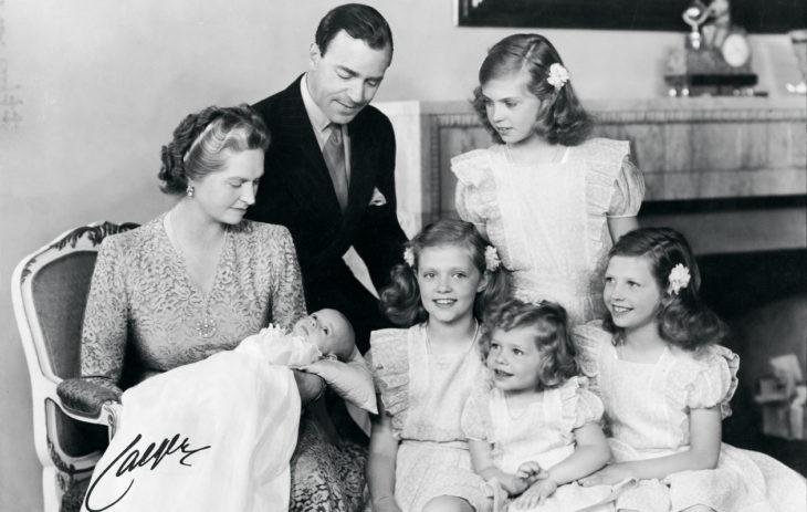 Ruotsin prinsessat: Kaarle Kustaan siskot vastasyntyneen pikkuveljensä ympärillä.