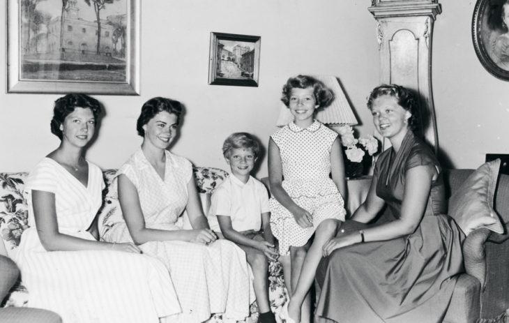 Ruotsin prinsessat: Kesänviettoa Sollidenin linnassa vuonna 1954: keskellä kruununprinssi ja ympärillä prinsessat (vasemmalta oikealle) Désirée, Margaretha, Christina ja Birgitta.