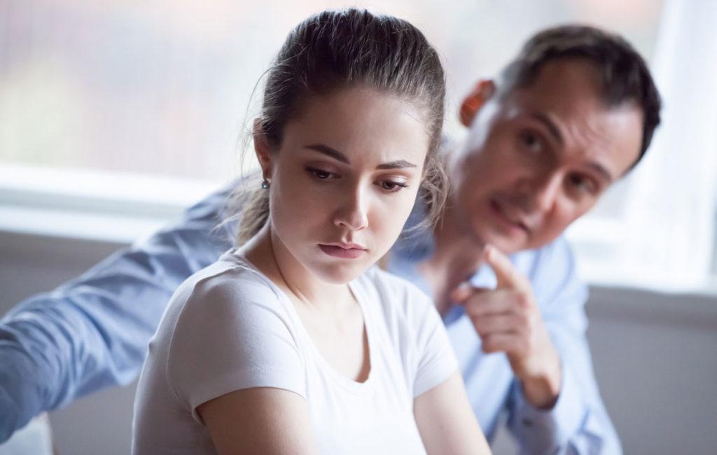 Toisen alistaminen saattaa hiipiä parisuhteeseen salakavalasti, jopa vuosien jälkeen. Alistaminen voi myös vuorotella parisuhteessa.