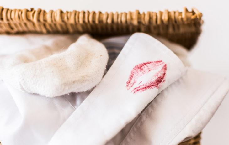Partavaahto on halpa ja nopea keino puhdistaa meikkitahrat vaatteista.
