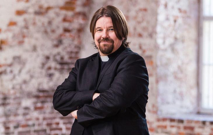 Kirkkoherra Kari Kanala tekee paluun Ensitreffit alttarilla -ohjelmaan.