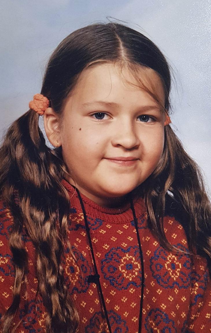 Saara Sarvas 8-vuotiaana. – Oireilu ei ollut vielä virallisesti alkanut. Pihistin rahaa voidakseni ostaa salaa karkkia.