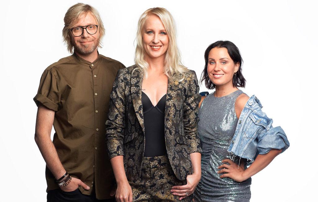 Big Brother Suomi -ohjelmaa juontavat vuonna 2019 Kimmo Vehviläinen, Elina Kottonen ja Alma Hätönen.