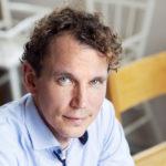 Neljän lapsen isä Juha Itkonen pohtii, onko fiktiivisen romaanin kirjoittamiselle enää tilaa.